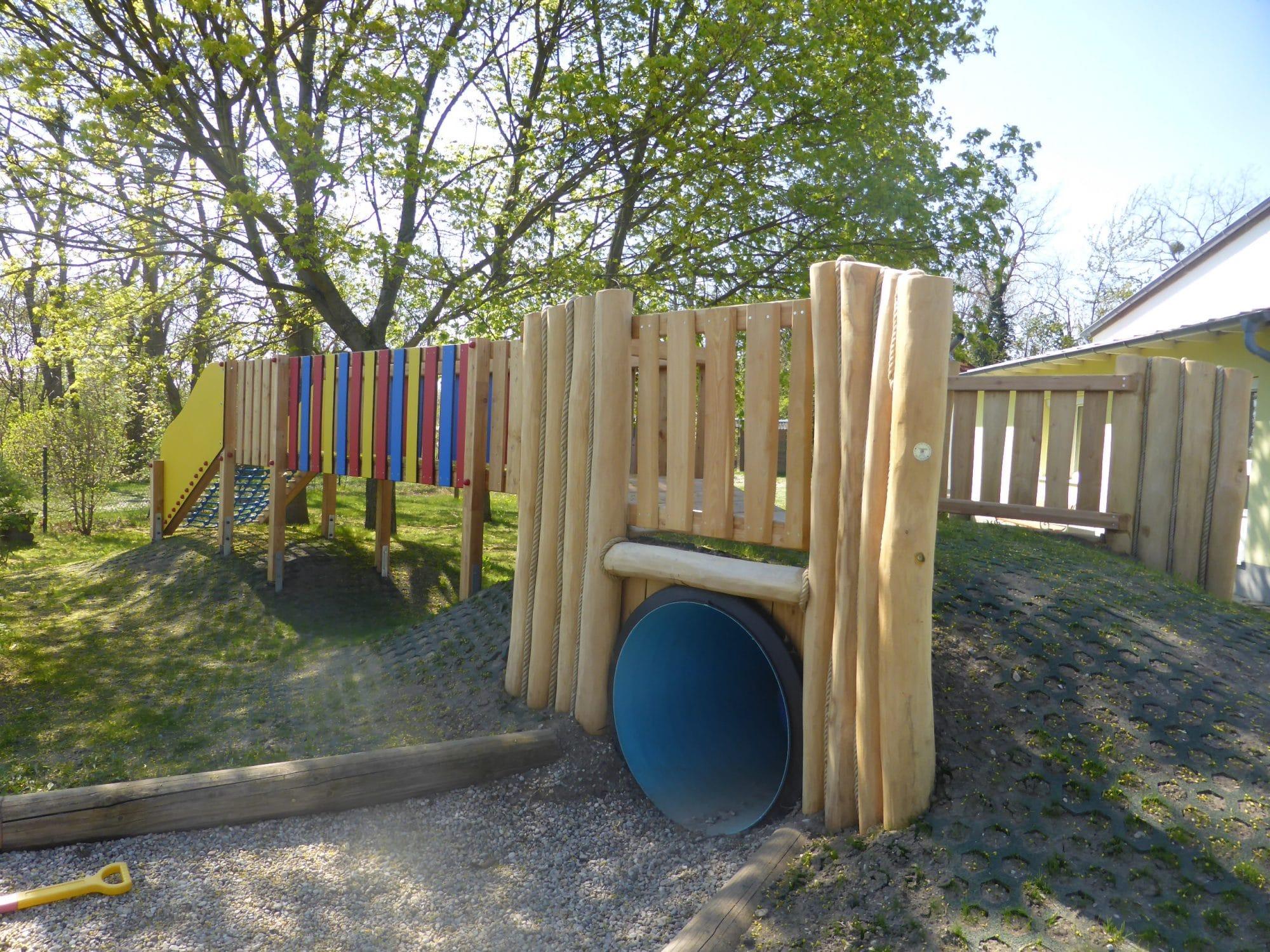 Tunnelverkleidung aus Holz am Spielplatz