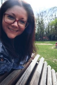 Entspannte Mama auf einem Spielplatz von FREISPIEL