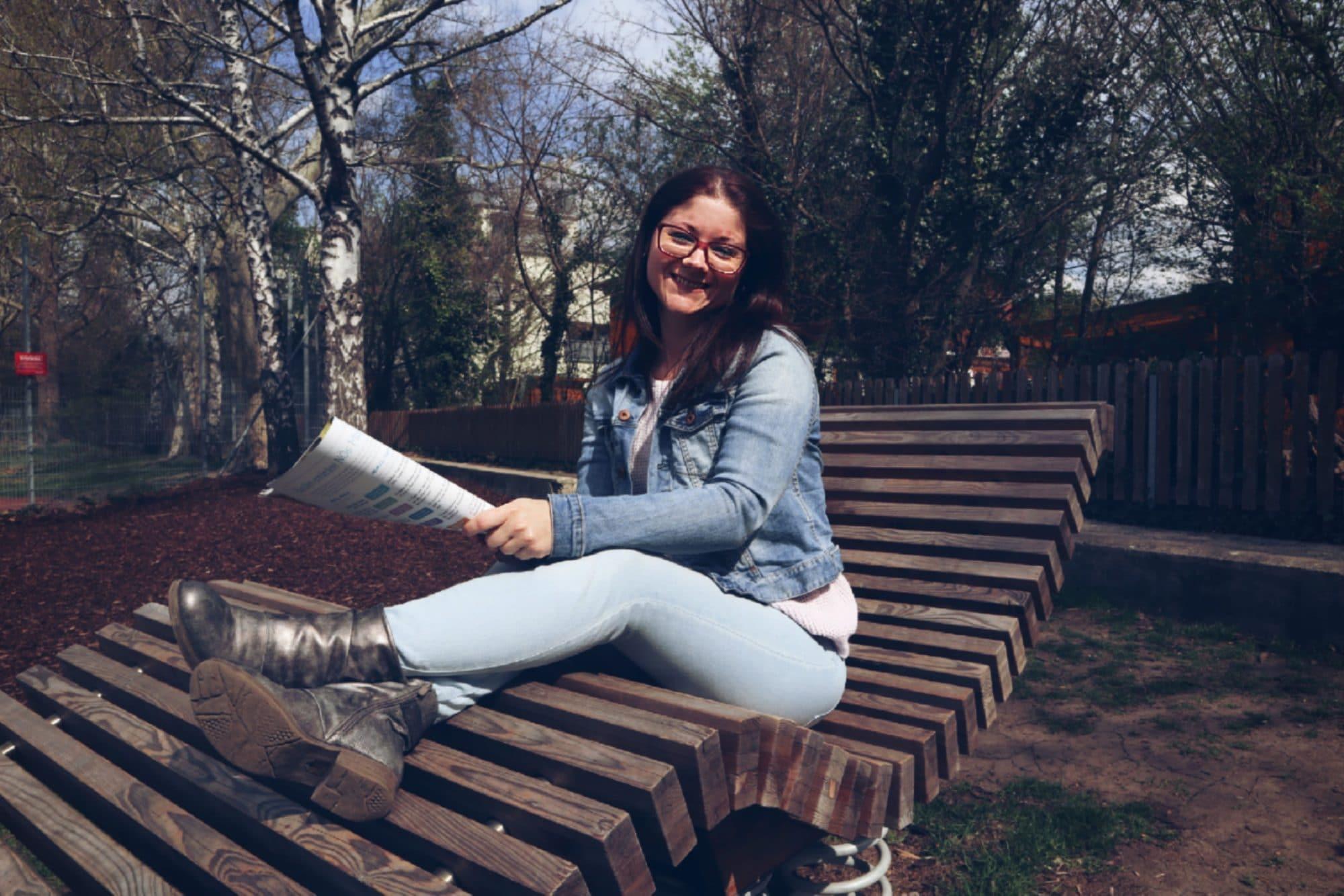 Entspannte Muter auf dem neuen Spielplatz in Himberg
