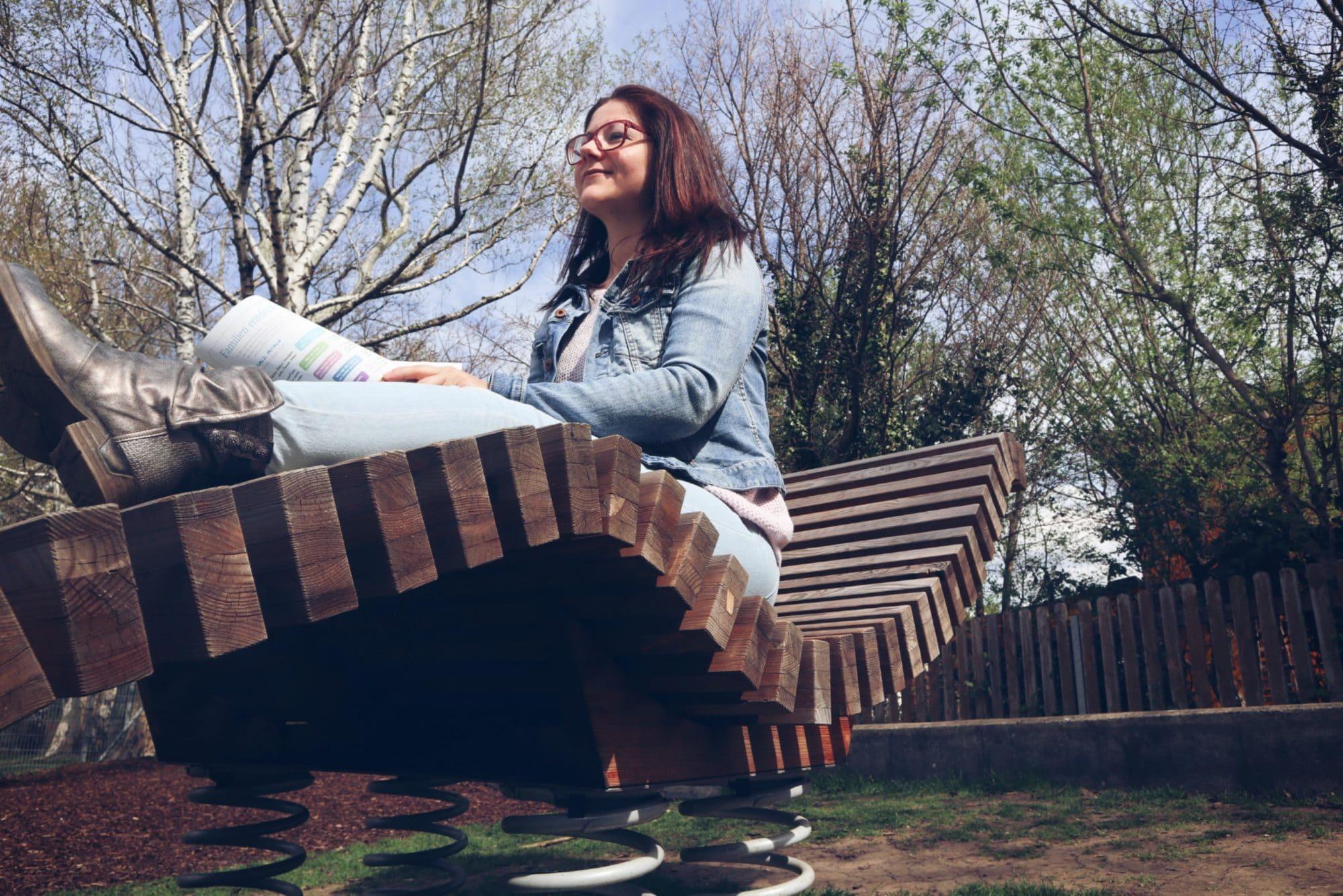 Frau am Spielplatz von FREISPIEL