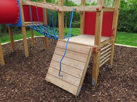 schräge Rampe mit Seil als Anbau für die Spielkombination