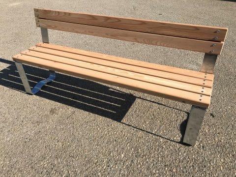 Sitzbank OPTICA mit Lehne für Kinderspielplätze und Außenbereiche