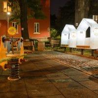 Leuchtende Bänke für Spielplatz