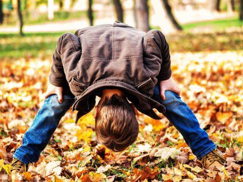 Kind spielt im Wald