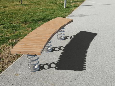 Sit & Move Bench Curve auf Asphalt
