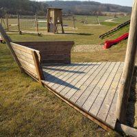 Spielschiff aus Holz mit Sandspielplatz